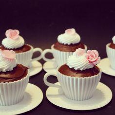 Cupcakes de vainilla con chocolate, crema sabor vainilla y rosas de fondant hechas a mano. By bonchic cupcakes