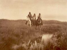 Check out these beautiful and captivating images, taken by photographer Edward Curtis, of Native American tribes from over 100 years ago! Edward Curtis, Native American Photos, Native American Tribes, American Indians, American History, American Life, Rare Photos, Old Photos, Vintage Photos
