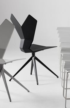Y Chair (drehbar) - von Tom Dixon - Tom Dixon Y Chair (drehbar) - von Tom Dixon - Tom Dixon Ausführung: Schale schwarzes oder weißes glasfaserverstärkter Nylon, Aluminium-Untergestell, drehbar, Maße 50 x 52,6 cm, Höhe 93,9 cm
