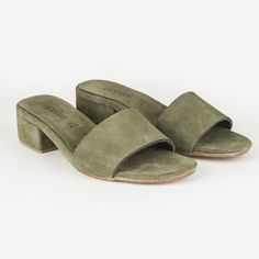 Minimal elegance, the Miyo Olive Suede Mule is a testament to our less is more ethos. Luxurious Suede top, lining and heel. The 4cm heel gives the Miyo Mule understated style    SIZECHART            Pleasenotethisisaguideandmeasurementsmayvaryslightly.                      EUSIZE           USSIZE           LENGTHOFSOLE      (THEMEASURMENT   OFTHESOLEOFTHE    SHOE)             35           6           24CM'S             36           7…