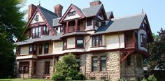 A classic Gilded Age cottage with major historical significance, Salve Regina's William Watts Sherman House accommodates sophomore students. Victorian Design, Victorian Homes, Sims House Design, Newport Rhode Island, Queen Anne, Brick, Cottage, Mansions, Architecture