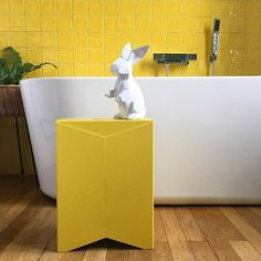 Oh! Un petit lapin blanc dans la salle de bain! Vite il faut le suivre 🐰⏱🤗 #winkdeco #wink #homedecor #homedesign #homestyle #myhome #mysweethome #homesweethome #scandinave #decoaddict #instadeco #interieur #insparation #picoftheday #instadeco #instahome #lovedeco #athome #sdb #salledebain #jaune #yellow #baignoire #bathroom #bath #lapin #rabbit #fougeres