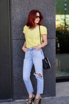 CASUAL CHIC OUTFIT, YELLOW LACE, LIGHT WASH DENIM, TWO TONE CROSSBODY, TAUPE SANDALS