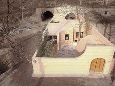 Come componente della serie televisiva domestica di un rinnovamento chiamata «nuova casa di wow,» l'architetto Shi Yang degli architetti di hyperSity ha rinnovato una casa decrepita della caverna in una casa moderna sbalorditiva. Malgrado la trasformazione drammatica, la nuova casa ancora conserva gli elementi della progettazione tradizionale della caverna. Colto sopra per vedere il primo episodio di nuova casa di wow (in cinese, gli inizio al 4:00) e come una caverna sgangherata si è tra...