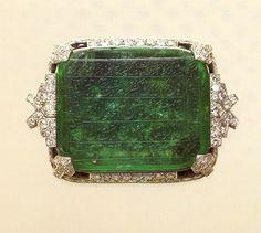 elaborado por la casa Cartier en 1930 un Broche con una Esmeralda de 140 Quilates de peso...La esmeralda pertenecia al Aga Kahn y los grabados son muy antiguos...
