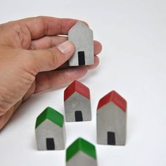 Casitas   Set of 5 houses of concrete   Terrarium ornament   Decoration gardens and plants   Motif plants   Garden ornament   Garden art Set of 5 houses of concrete hand-painted enamel resistant to sunlight and water. They serve for embellishment of terrariums, plants, pots, landscaping gardens and you can also use them as decoration for shelves, you can put them as you want, together or separately. On the whole it is composed of 2 cottages with a height of 4 cm and three cottages with a…