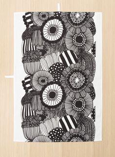 The Pieni Siirtolapuutarha print covers this cotton-linen blend tea towel.