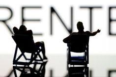Frührentner nehmen öfter Abschläge in Kauf. Wer vor Erreichen des gesetzlichen Rentenalters vom Arbeitsleben in den Ruhestand wechselt, muss finanzielle Einbußen akzeptieren. Im Durchschnitt verzichten Frührentner auf 109 Euro im Monat.