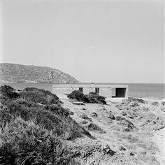 Aris Konstantinidis, weekend house in Anavissos Weekend House, Random House, Stone Houses, Prefab, Modern Architecture, Building A House, Concrete, Cottage, Exterior