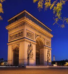 Arco do Triunfo ao entardecer, na praça Charles de Gaulle, em Paris, França. Fotografia: Benh LIEU SONG. – Wikipédia, a enciclopédia livre.