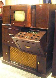 Old TV Sets: 1949 Crosley (I love the huge old cabinetry) Vintage Tv, Vintage Music, Vintage Decor, Vintage Antiques, Tvs, Old Technology, Art Deco, Vintage Appliances, Television Set