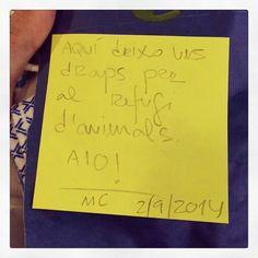 """@urbanpets's photo: """"Boniques sorpreses que ens trobem a la porta d'Urban Pets: material per a l'associació @quatrepotes. Ja sabeu que tenim un punt de recollida de material, menjar, roba d'abric, productes de neteja... Tot suma. Gràcies, MC! :)"""""""