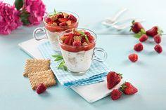 """Πανακότα με σιρόπι φράουλας και """"ΠΤΙ-ΜΠΕΡ"""" ΠΑΠΑΔΟΠΟΥΛΟΥ Raspberry, Strawberry, Food Design, Valentines Day, Food And Drink, Cooking Recipes, Fruit, Desserts, Valentine's Day Diy"""