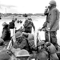 D-Day, Juno Beach - Reinforcements going ashore from a (LCA) Landing Craft Assault from H. Prince Henry off the Normandy bridgehead. Canadian Soldiers, Canadian Army, Canadian History, Royal Canadian Navy, Juno Beach, Remembrance Day, D Day, World History, Military History