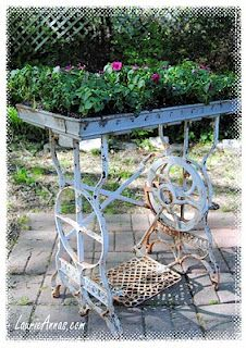 A vintage sewing machine table base and a commercial metal bread pan make a great outdoor table filled with flowers. LaurieAnna's Vintage Home: Flea Market Finds Diy Planters, Garden Planters, Sewing Machine Tables, Sewing Table, Flea Market Gardening, Deco Nature, Antique Sewing Machines, Garden Junk, Yard Art