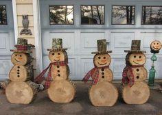 Schneemann aus Holzscheiben als Dekoration für Ihren Garten