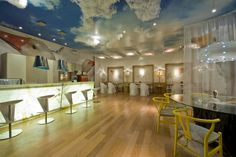 """O """"Café Reflexivo"""" projeto do arquiteto Jorge Elmor, produzido pela Adsive. O ambiente teve teto e paredes revestidos com tecido voal e auto-adesivos semi-brilho e acetinados. As impressões foram feitas com equipamento HP latex impressão sem solvente e sem cheiro."""