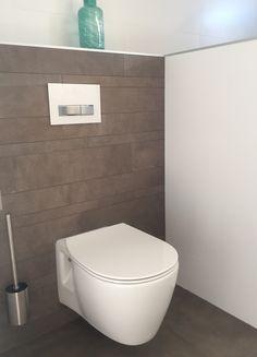 Strakke mat witte wandtegels toilet Ideal Standard connect air met geberit sigma 50 bedieningspaneel van glas