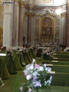 http://www.lemienozze.it/gallerie/foto-fiori-e-allestimenti-matrimonio/img33537.html Allestimento della chiesa con fiori per il matrimonio bianchi e addobbo in verde scuro