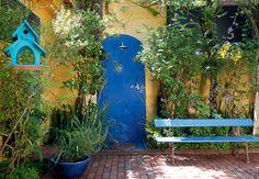 A piscina contracena com a represa no projeto assinado pela arquiteta Eliana  Marques Lisboa. Alex Hanazaki propôs um jardim colorido, com f...