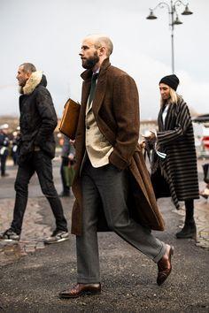 2018-01-31のファッションスナップ。着用アイテム・キーワードはコート, シャツ, ジャケット, スラックス, チェスターコート, テーラード ジャケット, ドレスシューズ, ネクタイ,Pitti Uomo(ピッティ・ウォモ)etc. 理想の着こなし・コーディネートがきっとここに。| No:249352