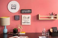 Uma parede inspiradora não poderia faltar! Preencha seu espaço com quadrinhos fofos de diferentes formas e tamanhos para deixar o espaço bonito e criativo. Uma prateleira ajuda a organizar mais acessórios, bloquinhos de anotação ou o livro da vez.