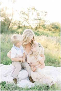 Love the dreamy family photo shoot outfit inspirations for siblings Spring Family Pictures, Spring Photos, Mommy And Me Photo Shoot, Mother Daughter Photography, All Family, Family Pics, Maternity Photographer, Photographing Babies, Family Photography