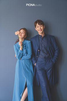 Korean Wedding Photography, Wedding Couple Poses Photography, Pre Wedding Poses, Pre Wedding Photoshoot, Korean Couple Photoshoot, Couple Outfits, How To Pose, Couple Posing, Korean Fashion