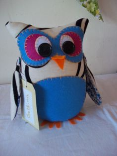 Friendly Owl Door Stop  •  Free tutorial with pictures o n how to make a door stop in 1 step