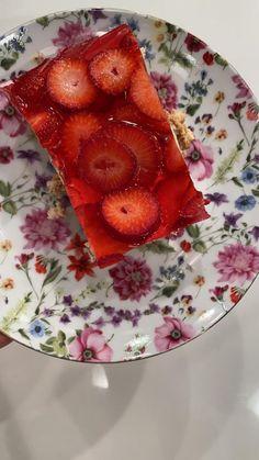 Βασίλης Καλλίδης: Μπισκοτογλυκό με κρέμα λεμονιού και ζελέ φράουλα! - Fay's book