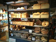"""""""一つ一つの積み重ねが、365日を充実させる""""ことが食の基本と捉え、店名通り年中無休で焼き立てのパンを並べています。"""