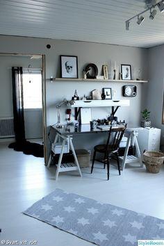 arbetsrum efter renovering,tarkett,vit parkett,grå väggar,arbetsrum,arbetsplats,skrivbord,bockar,rostfri bänkskiva,plåtskåp,matta med stjärnor,flätad korg