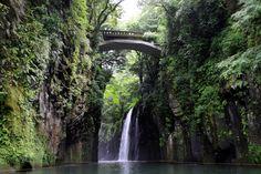 そんなに広くもない日本ですが、まだまだ秘境というべき場所があります。不便な交通に四苦八苦してやっと着いたら息をのむような景色が広がっていたり、都会暮らしからは想像もつかないような伝統文化の中での生活が残っていたり。そんな秘境の中から、特に凄い!と思われる場所20ヶ所をご紹介します。