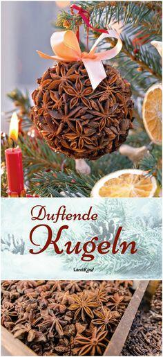 Ein besonders duftender Weihnachtsschmuck, der schnell gebastelt ist: Mit Heißkleber werden Sternanise auf eine Styroporkugel geklebt, die im Anschluss mit Dekoband verziert wird. Dazu passen getrocknete Zitronen- und Orangenschallen, die mit Basteldraht zu Anhängern werden.
