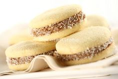 Alfajores: Latin America biscuits sandwiched with dulce de leche. No Bake Desserts, Delicious Desserts, Dessert Recipes, Yummy Food, Chilean Recipes, Chilean Food, Baking Recipes, Cookie Recipes, Bolivian Food