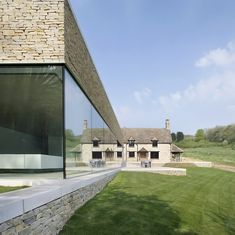 Classic Blend of Private House in Cotswolds : Large Yard With Green Grass And Creamy House With Concrete Brick Wall Also Glass Window Minimalist House Design, Modern Minimalist, Contemporary Architecture, Architecture Design, Contemporary Windows, Minimal Architecture, Cabinet D Architecture, Manor Farm, British Home