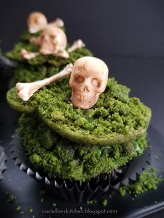 Aged white chocolate Skull and Crossbones laid to rest in shallow mossy graves. Halloween Dinner, Halloween Goodies, Halloween Desserts, Halloween Food For Party, Halloween Cupcakes, Halloween Treats, Halloween Baking, Halloween 2020, Easy Halloween
