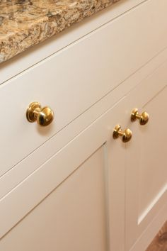 A close up of the Polished Brass Perrin & Rowe Button Knobs. A perfect choice to contrast against the Magnolia coloured furniture and the spectacular quartz. Shaker Style Kitchens, Shaker Furniture, Modern, Kitchen Company, Modern Shaker Kitchen, Kitchen Styling, Colorful Furniture, False Wall, Shaker Style