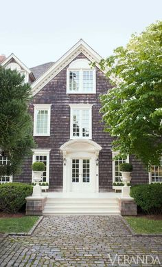Hamptons-style home with dark brown shingled exterior, white window trim and a stone pathway. Hamptons House, The Hamptons, Cool Rooms, House Tours, Town House, Heim, Cabana, Room Decor, Casa Linda