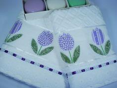 Jogo de Toalhas composto por: - 1 toalha de banho branca - 1 toalha de rosto branca - 98% algodão - 2% viscose - bordado à mão em patch apliquê com tecido de algodão estampado lilás - acabamento com bordado inglês e fita de cetim Medidas: Toalha de banho: 67 x 140 cm Toalha de rosto: 49 x 80 cm R$ 115,00