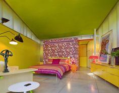 Keltainen talo rannalla: Värejä ja koteja