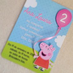 Convite Peppa Pig com recortes 3D. Bexiga feita em EVA com Glitter. Com cinta para o fechamento. Obs: no tag frontal podem ir tanto o nome da criança quanto do convidado. Invitacion Peppa Pig, Cumple Peppa Pig, Pepper Pig Party Ideas, Peppa Big, George Pig Party, Peppa Pig Birthday Invitations, Ben E Holly, Aniversario Peppa Pig, Baby 1st Birthday