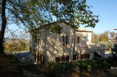 """Il Bed & Breakfast """"Le Pietre Ricce"""", accogliente immobile in pietra locale recentemente ristrutturato, è situato nel caratteristico ambiente delle """"pietre ricce"""" di Roccamontepiano (Chieti – Abruzzo - Italia) in Via Roma n° 131 – zona centro San Rocco ai piedi del Parco Nazionale della Maiella.   Presente su www.BedAndBreakfastItalia.com #BnBItalia #BnBAbruzzo #BnB #BedAndBreakfast #BeB #BeBItalia #BeBAbruzzo"""