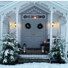 Pin by Jennie on Trädgård in 2019 Christmas Window Boxes, Christmas Front Doors, Christmas Porch, Nordic Christmas, Outdoor Christmas Decorations, Outdoor Decor, Xmas, Winter Porch, Swedish Cottage