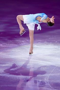 The Queen - Yuna Kim performing her picture perfect bent leg layover camel. In her storied career, Yuna Kim never finished off of the podium in the senior circuit and broke 11 world records, 8 of which she had previously set. Roller Skating, Ice Skating, Kim Yuna, Four Tops, Ice Dance, Olympic Champion, Figure Skating Dresses, Ice Queen, Gymnastics Leotards