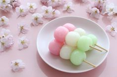 Sweet rice balls (Hanami dango): recipe from Japan Japanese Sweets, Japanese Food, Dorayaki Receta, Dango Recipe, Cute Food, Yummy Food, Sakura Mochi, Sweet Recipes, Snack Recipes