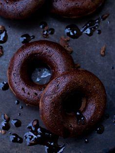 vegan chocolate banana donuts with chocolate glaze // Vegane Schoko-Bananen-Donuts mit Schokoguss (purer Donuthimmel und perfekt als Nervenfutter)