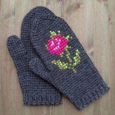 Tunisian crochet mittens with cross stitch motif. Crochet Mitts, Crochet Mittens Free Pattern, Tunisian Crochet Patterns, Crochet Gloves, Knit Mittens, Diy Crochet, Knitting Patterns, Crochet Bags, Knitting Stitches