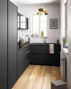 I'm in love with this black kitchen ~ photo via elle.fr ~ #kitchen #interiors #decor #cozinha #decoração