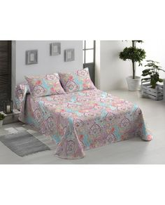 Divertida colcha con estampado muy actual perfecta para alegrar la habitación en cualquier época del año. Los mejores precios online  de textil hogar en Revitex